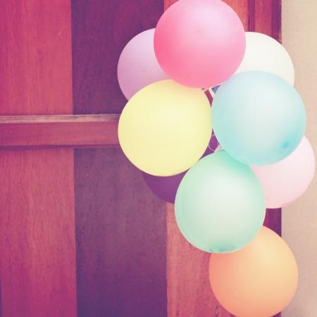 문에 매달려 여러 가지 빛깔의 풍선