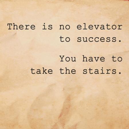 Inspirerend citaat door onbekende bron op oud papier achtergrond