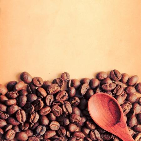 papel filtro: Los granos de caf� y una cuchara con el papel viejo, retro efecto filtro Foto de archivo