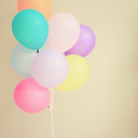 Ballons de fête colorés sur le mur avec effet de filtre rétro Banque d'images