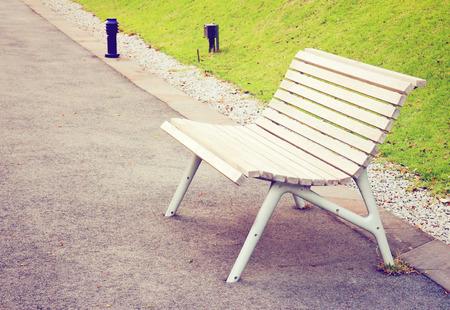 banc de parc: Banc en bois vide dans le parc avec effet de filtre rétro