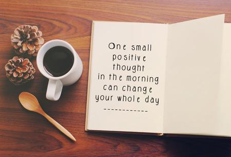 Cita de la motivación inspirada en el cuaderno y el café con efecto retro filtro