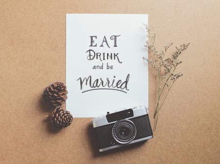 Mangiare bere e sposarsi preventivo su carta con la macchina fotografica della pellicola dell'annata Archivio Fotografico - 47039140