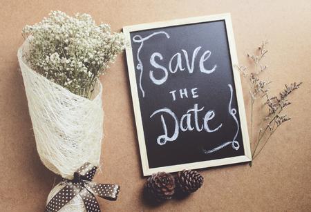 date: Speichern Sie die geschrieben auf Tafel mit Blumenstrauß der Blume, retro Filterwirkung Datum