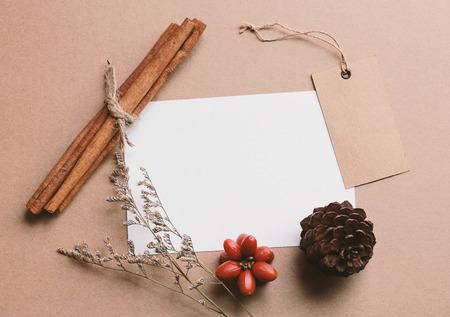 flores secas: tarjeta de felicitación en blanco y la etiqueta se burlan con artesanía y decoraciones de navidad Foto de archivo