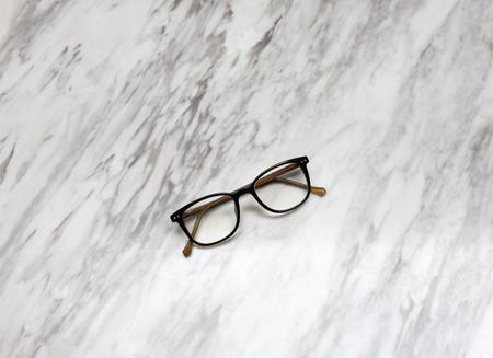 canicas: Lentes en mesa de mármol blanco y negro de textura