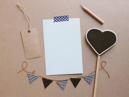 paper craft: tarjeta de felicitación en blanco y escritorio lindos para el diseño de trabajo creativo