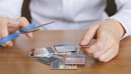 tijeras: tarjeta de crédito corte de la mano con las tijeras en la mesa?