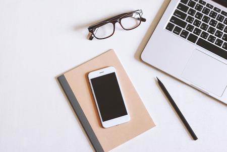 Düz, yatay resim, büro, masaüstü, akıllı telefon, gözlük ve defter ile kopya alan arka plan