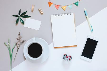 diseño en plano creativo de escritorio linda espacio de trabajo con el cuaderno, el café, el teléfono inteligente y el oficio lindo decorado con copia espacio de fondo, estilo minimalista