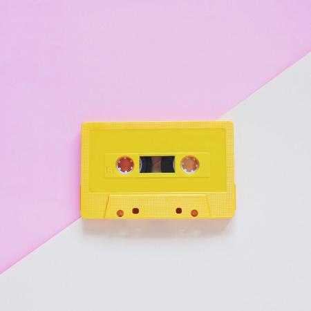cassette rétro sur la couleur de fond pastel, style minimal