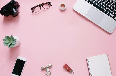 Творческий плоский рельеф рабочего пространства стола на розовом фоне с копией пространства