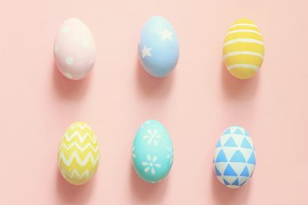 huevos de pascua: Pastel y huevos de pascua lindo en el fondo colorido Foto de archivo