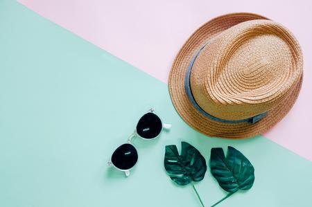 フラットは、帽子とサングラスのカラフルな背景夏の最小限のアクセサリー アイテムのレイアウト