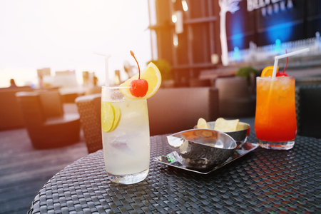 Two iced cocktail glasses in rooftop bar for nightlife Foto de archivo
