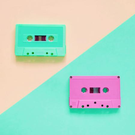 Bande de cassette colorée rétro mise à plat sur fond de couleur pastel, style minimal
