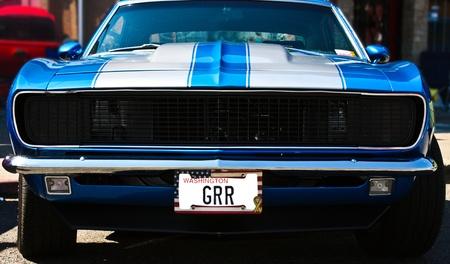 Vintage blauwe muscle car met een agressieve nummerplaat