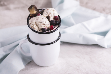 stracciatella: Stracciatella ice cream with chocolate and frozen berries in enamel mugs