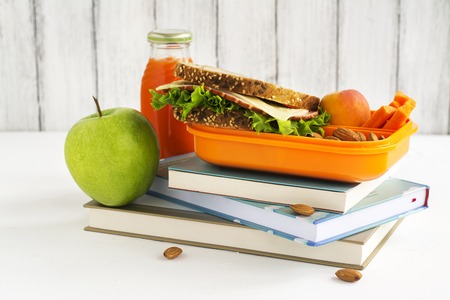 健康的な食事の子供弁当。学校のコンセプトです。選択と集中