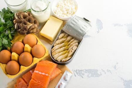 Natuurlijke bronnen van vitamine D. Gezonde voedselachtergrond. Bovenaanzicht. Ruimte voor tekst Stockfoto