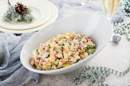 Traditionele Russische Olivier-salade. Nieuwjaars eten Stockfoto