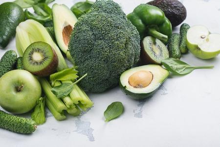 Frutta e verdure verdi su fondo bianco Archivio Fotografico