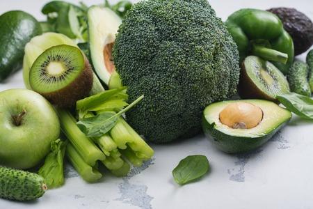 Groene groenten en fruit op witte achtergrond Stockfoto