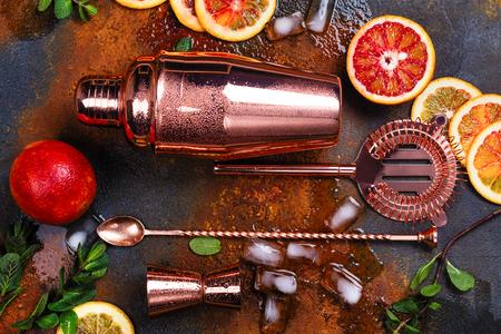 Akcesoria barowe, narzędzia do napojów i składniki koktajli na zardzewiałym kamiennym stole. Płaski styl świecki
