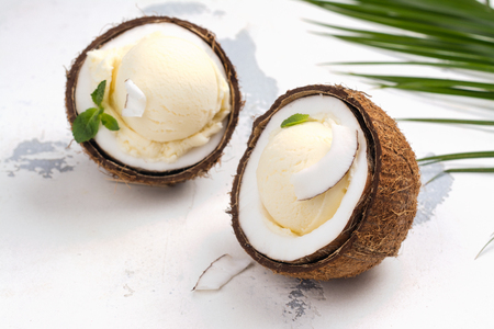 Coconut ice cream scoops in halves of coconut shell Banque d'images