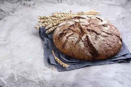 Świeży okrągły chleb na zakwasie
