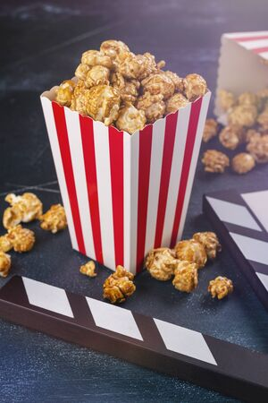 Caramel popcorn and wooden clapper Stockfoto