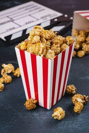 Caramel popcorn and wooden clapper Standard-Bild