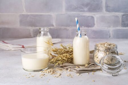 Homemade vegan oat milk, non dairy alternative milk in glass bottles Stockfoto