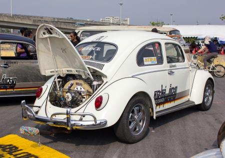 escarabajo: BANGKOK, Tailandia - 17 de febrero: Volkswagen retro de coches de época en Siam Festival vw 2013 el 17 de febrero de 2013 en Bangkok, Tailandia.