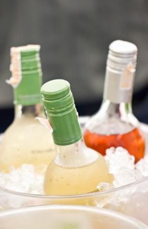 ice crushed: Close-up van frisdrankflessen in ijsemmer