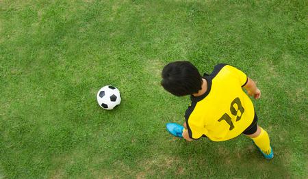futbolista: Vista superior de jugador de fútbol.