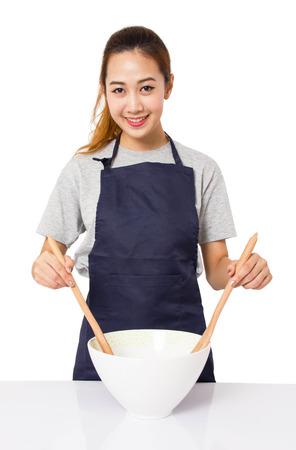 mandil: Concepto de Asia mujer cocinar aislada en blanco.