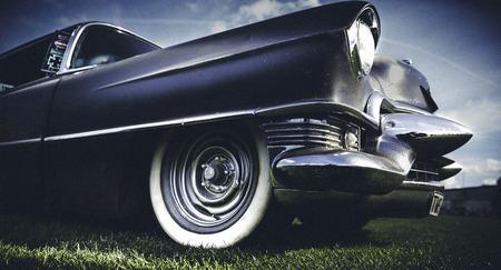 vintage look: Oldtime auto americana con un look vintage e tatto