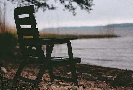 Single chair down by the beach in autumn Фото со стока - 29162482