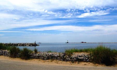lake michigan lighthouse: Calma azul lago Michigan con rompeolas y el faro