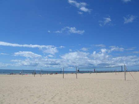 lake michigan lighthouse: Escena Playa soleada con cielo azul y nubes blancas delgadas Foto de archivo