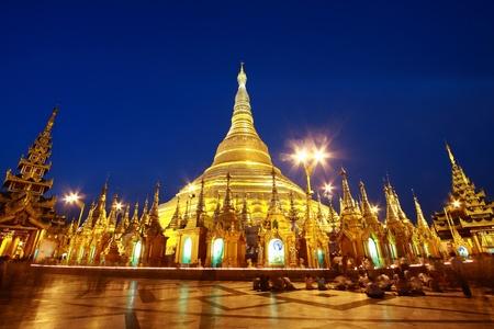 birma: schemering van Shwedagon pagode in Yagon, Myanmar Stockfoto