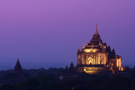 Dusk time with twilight sky at Thatbyinnyu Pagoda, Myanmar Stock Photo
