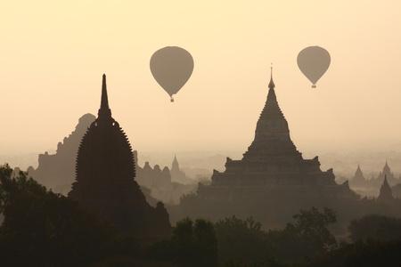 stupas: silhouette Pagoda, Stupa, Payas con palloncino, Bagan, Myanmar Archivio Fotografico