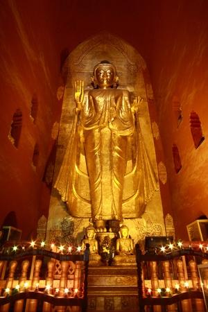buddha image: Gautama Buda al oeste de imagen Templo Ananda, Bagan, Myanmar Foto de archivo