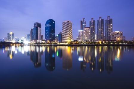 reflexion: nocturno de Bangkok con la reflexión del agua Foto de archivo