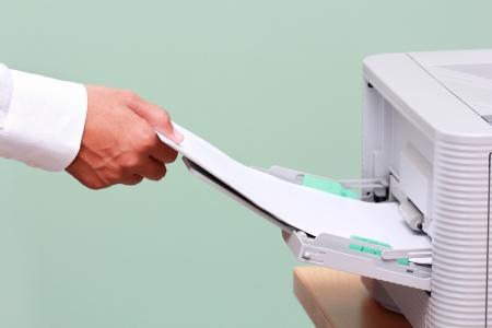 copier: Zakenman werken met de printer in het kantoor
