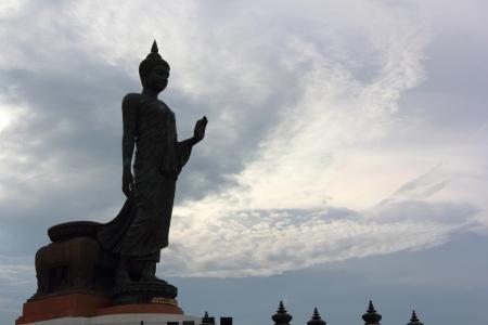 buddha image: Imagen de Buda silueta en Putthamonthon Foto de archivo