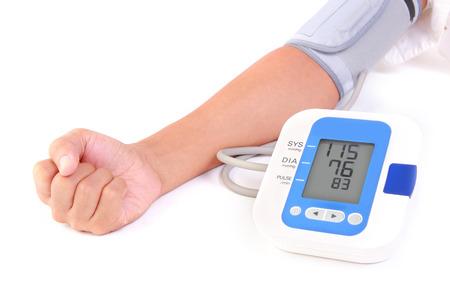 personne utilise tensiomètre pour vérifier son état de santé Banque d'images