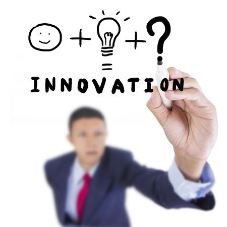 Concept üzleti húzott, ami szükséges dolog, hogy összekapcsolják az ember és ötlet innováció felett tábla fehér háttér